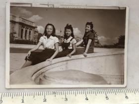 民国时期三美女合影老照片