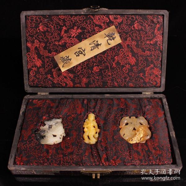 珍藏收清代宮廷珍品老玉牌子一套 一套重977克   盒長32厘米  寬18厘米