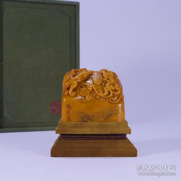 舊藏:田黃螭龍紋印 尺寸:長6.5cm .寬6.4cm.高6.2cm. 重501.2g