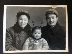 老照片 文革 1972年 家庭合影 女孩 戴著大像章 羊角辮豎起來 很可愛