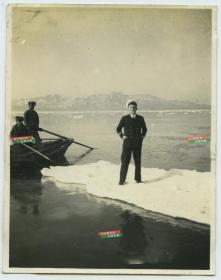 1935-1937年英国皇家军舰法尔茅斯号(H.M.S FALMOUTH)冬季驻扎在山东威海卫时,船员站在浮冰上留影老照片