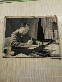 《1961年毛主席在杭州工作》丝织画