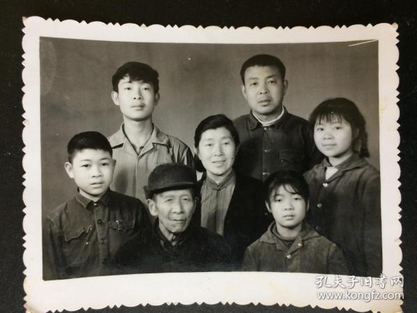 """4張合影照片 合拍 文革北京家庭合影有像章袖章、紅領巾""""根據影中衣著觀察,確信昆明有四季如春之說""""、1961年相紙厚上海家庭合影、1972年合影"""