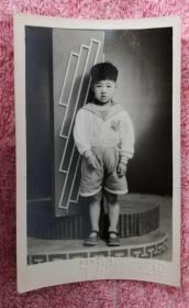 早期穿海軍服的小男童在平原日夜照相館藝術照一枚