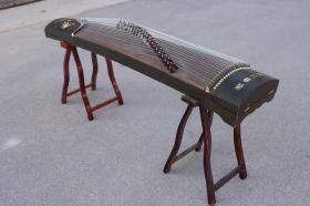 解放时期,鸡翅木古筝一套,纯手工雕刻,音质优美动听!品相一流,完整漂亮,孩子学习的好工具!