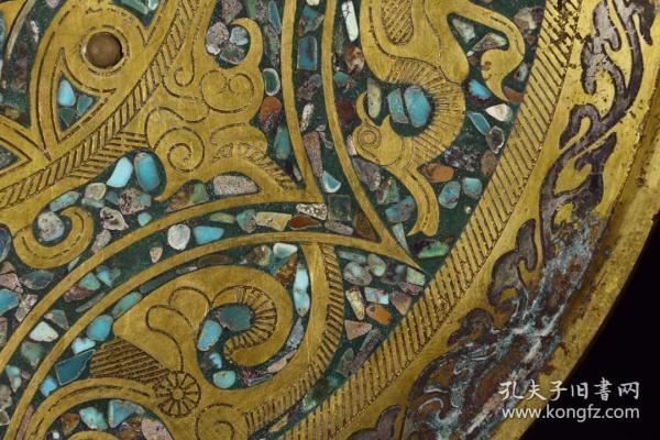 明以前:铜鎏金嵌松石玛瑙凤纹铜镜 尺寸:直径29.5cm高1.5cm重2080g 此铜镜质地精良,鎏金一流,做工精致,镜背雕琢凤纹,嵌松石、玛瑙点缀,典雅高贵,刻画细腻,纹饰清晰。整体器形规整,型制比例协调,收藏陈设极好。