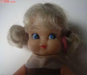 两个金发洋娃娃