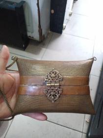 铜小包,挺好玩,不知具体是哪个年代的,物件应该时间不短啦,工挺细。