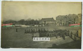 """清末民初时期北京前门一带城墙上向北拍摄全景老照片,可见西侧大清门与东侧的户部街,以及振武牌楼,美军操场正北是""""联合大楼""""。"""