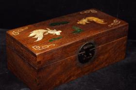 珍藏老花梨木镶嵌贝壳连年有余盒子 长27厘米,宽13厘米,高10厘米,重925克      ——10月27日