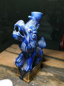 少见的酱釉底座蓝釉狮子烛台一个