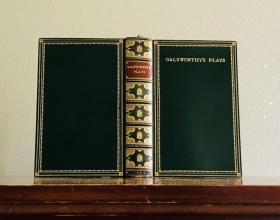 1929年,原版顶级工坊特装本《高尔斯华绥剧作集》,装帧:桑格斯基、萨特克利夫。绿色全皮镀金外封,所有边缘镀金,彩色凤尾端纸,三口刷金,木刻藏书票,13.5x21cm,品相极佳。