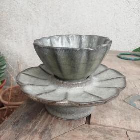 南宋官窑青瓷盏托一套。出口瓷海捞瓷。茶盏口径8.7厘米,高5厘米,盏托口径13.5厘米,高4厘米。造型优美,釉色一流,海盐沁明显,低价惠友。