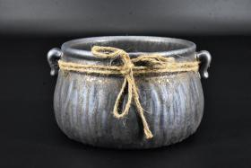 (丙8043)《鎏金南山茶渣罐》陶瓷器一件 鎏金茶道具 双耳 最大直径约为:16cm 高:9.2cm 茶渣罐是汉族茶道用具。是用来盛放泡茶的剩余物的,也有人称其为渣斗。