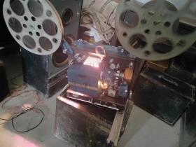 甘肃产 甘光牌16毫米 一体电影放映机 品相一流 且声音响亮  图像清晰 无影布  带试机电影胶片一部,特价出