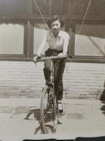 早期骑自行车的美女