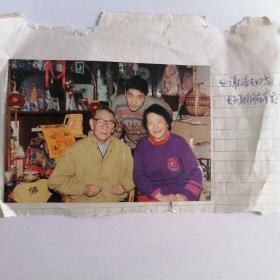 彩色照片:著名导演谢添夫妇与长子谢钢在家里留影