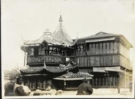 【照片珍藏】民国三十年代初上海城隍庙湖心亭茶楼近景及周边游人等景象,可见茶楼结构细节。右侧为增建不久的方形水榭,后经改造与原茶楼建筑融为一体(附今图)。老照片方位少见,内容古朴、甚为难得
