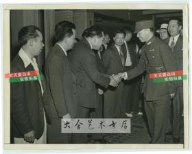 1942年国民党陆军二级上将熊式辉将军前往美国参加七七事变五周年纪念活动,和当地华人华侨代表握手老照片。毕业于保定陆军军官学校、日本陆军大学,是国民政府政学系的重要人物。熊式辉曾参加过辛亥革命、北伐、抗日战争、国共内战 等,是民国期间江西省出的五大名人之一。