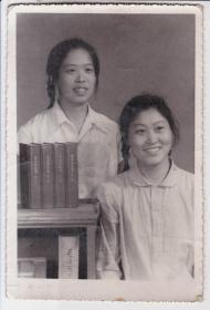文革老照片:以毛泽东选集为装饰物的双人合照