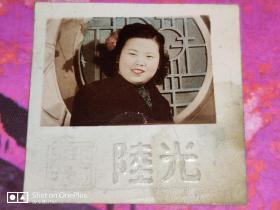 民国彩色照片:杨秀玉---美女彩照一张。背后有文字和钤印(4cm×4cm)