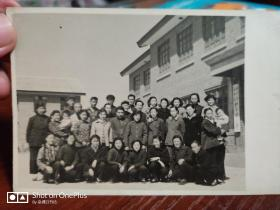 五十年代初:北京市东四区:和平里小学全校教师合影13cm×9cm