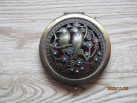 一个古老的喜鹊纹铜镶嵌宝石折叠镜子