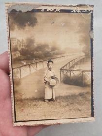 民国早期老照片——穿长衫持礼帽的小孩——背景是湖州或绍兴某处的景观,具体不知