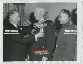 1947年中国驻美大使顾维钧为美国名将、五星上将之一,美国陆军航空兵司令亨利·哈利·阿诺德佩戴南京国民政府大绶特等云麾勋章,中国驻联合国安理会军事参谋团团长何应钦将军在一旁陪同。23.3X17.8厘米