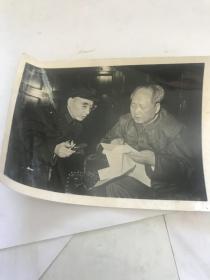 文革时期毛主席和林彪探讨国家大事合照