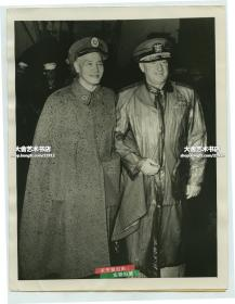 1955年蒋介石和到访的第七舰队司令海军中将蒲赖德(Alfred M. Pride)亲密挽手合影老照片,23.3X17.8厘米,泛银