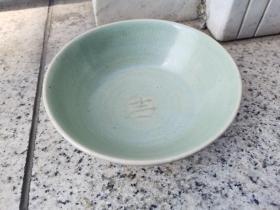 """民间收""""吉""""字营莲花瓣纹梅子青龙泉瓷碗,径长15厘米,满目风雅,秀色可餐,罕见赏珍。"""