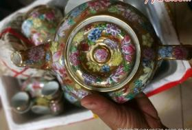 八十年代出金地万花绘龙图茶壶,高脚腕和其他,品好如图,未使用,为磕碰裂。茶壶32-5710
