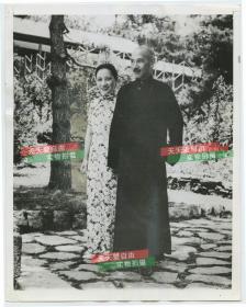 1940年国民政府军事委员会委员长蒋介石宋美龄伉俪花园中合影老照片,22.8X18厘米