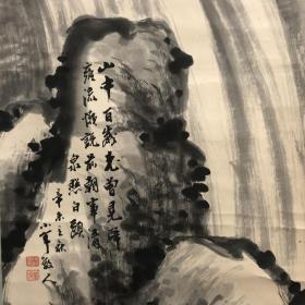 日本回流清泉松石图 纸本纸裱,木制轴头,画心133*32。构图笔力皆好,题诗为元人吴师道《题李盘泉卷》:山中百嵗老,曾见辟雍流。懒说前朝事,清泉照白头。此中可见中日文化的内在沟通
