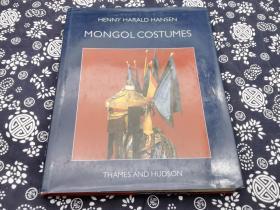 近代蒙古部落服饰~~原生态采集》英文版出版于80年代末,嘉士伯基金会(丹麦),探险家哈士伦先生,在1920年到1930年代,在内外蒙古,新疆青海地区,采集蒙古民俗文物几千件。并带回丹麦,这批服饰就是其中代表蒙古族近代服饰的珍贵文物标本,每一件均有结构图手绘图,英文详解。此书280页精装,九成新以上印量极少的书其中完整的萨满服饰喇嘛服饰王爷冠服世界上唯一以近代蒙古民族服饰自然采集标本的、实物分析