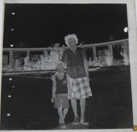 【老底片】(47057)广场上的母子