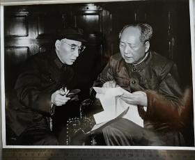 文革时期毛主席和亲密战友林彪一起谈工作