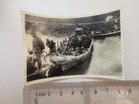 来自侵华日军联队在河北省,河南省,山西省,山东省相册,日军装备,渡河,船 分类: 照片影像 > 老照片 > 原照 拍摄者: 不详 尺寸: 1 x 1 cm (长 x 宽) 类别: 黑白 品相: 八五品