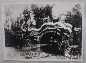 侵华史料:侵华日军照片(民国)武汉汉口中山公园龙桥,尺寸11*7.5cm 分类: 照片影像 > 老照片 > 原照 拍摄者: 侵华日军 尺寸: 11 x 7.5 cm (长 x 宽) 类别: 黑白 品相: 八五品