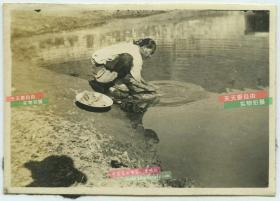 民国时期池塘边洗衣服的妇女民俗老照片
