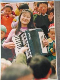 艺术照片——音乐教师——为祖国的明天纵情高歌——两张大照片合售——25*18厘米