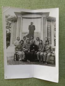 文革时期一群戴毛主席像章的妇女在巨型毛主席像前合影老照片一张,略有点折痕,包快递发货.
