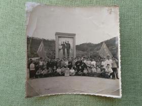 1969年武汉地区红卫兵在湖北黄冈林彪故乡林家大湾毛林巨幅壁画前合影老照片一张,品见描述包快递发货.