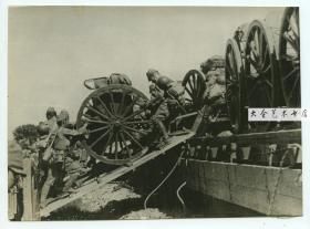 1937年中国北方前线,日军在火车站停靠的货车上装载重型火炮等辎重老照片,尺寸为19.3X14.3厘米