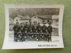1968年一群佩戴毛主席像章的红卫兵在韶山毛主席故居前合影老照片一张,略有点折痕,包快递发货。