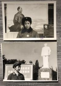 漂亮的女军人 戴像章在毛主席像前留影 文革特色老照片二枚