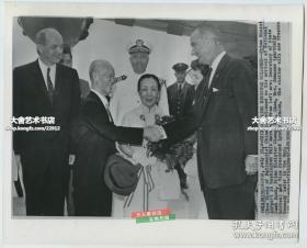 1961年陈诚将军和妻子谭延闿之女谭祥出访,美联社新闻传真照片一张