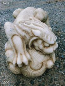 吸水兽又称镇水兽,也叫吸财兽!  神兽:蚣蝮(gōng fù),是中国古代汉族神话传说是龙生的九子之一。龙王最喜爱的儿子!蚣蝮性善好水,又称吸水兽!也叫吸财兽,蚣蝮可保四方平安!不受洪涝灾害侵袭!尺寸:40*25*20㎝高