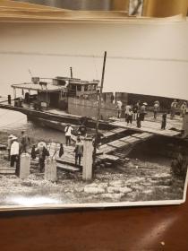本人主观推测为文革时期湖北武昌码头部队往驻地运送坦克和军需物资,部队人员集结新闻照片一组(大尺寸20.5厘米X14.5厘米,34张,小尺寸14.5厘米X15厘米,35张)